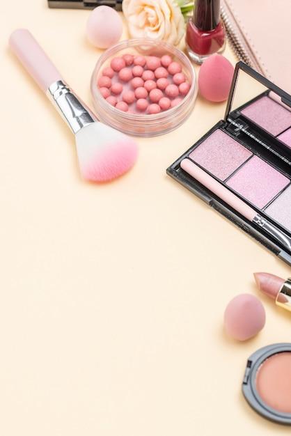 Assortimento di prodotti di bellezza diverso angolo alto con spazio di copia Foto Premium