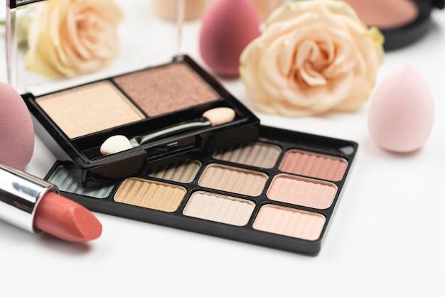 Assortimento di prodotti di bellezza diversi ad alto angolo Foto Premium