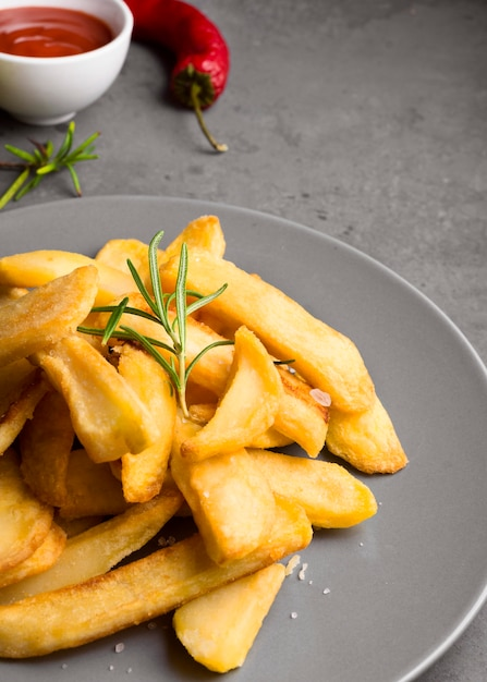 Alto angolo di patatine fritte sulla piastra Foto Premium