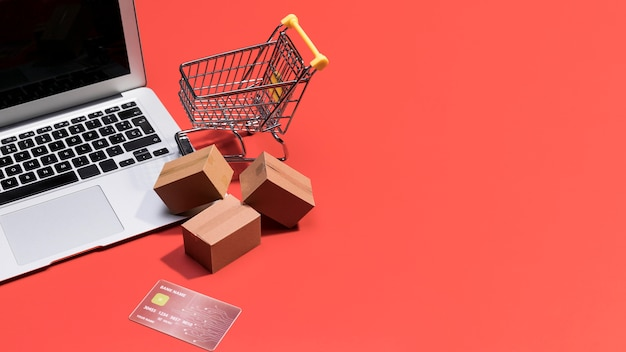 Elevato angolo di shopping online con spazio di copia Foto Premium