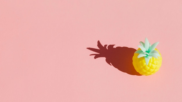 Ananas ad alto angolo con sfondo rosa Foto Premium