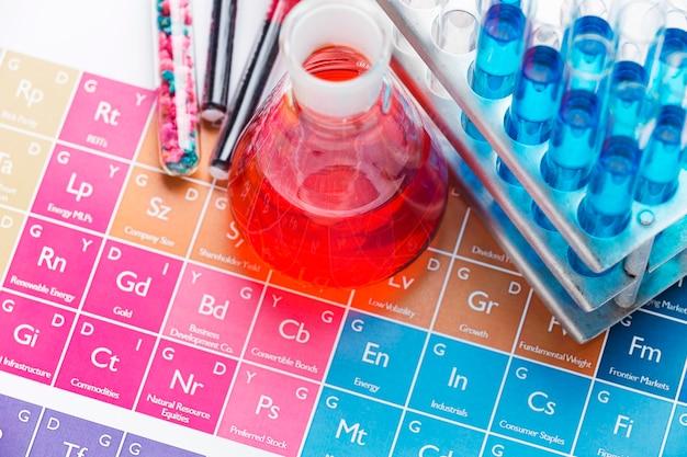 Elementi scientifici ad alto angolo con disposizione di sostanze chimiche Foto Premium