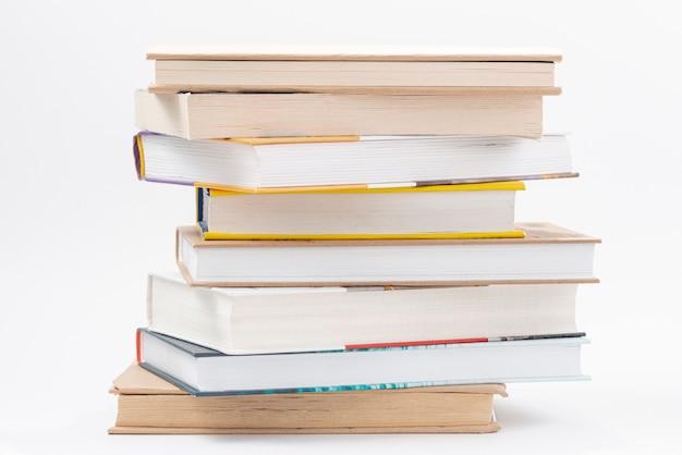 Pila di libri ad alto angolo Foto Premium