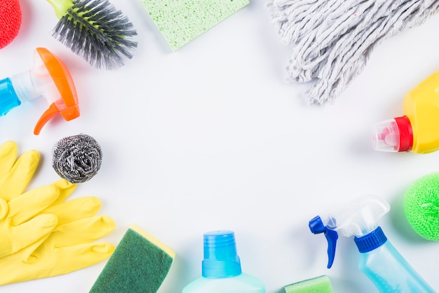 Vista dell'angolo alto dei prodotti di pulizia sulla superficie grigia Foto Premium