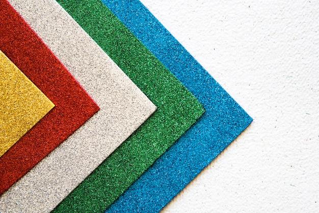 Vista dell'angolo alto di multi stracci colorati su fondo concreto Foto Premium