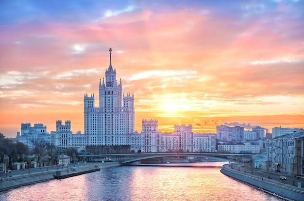 Grattacielo sull'argine di kotelnicheskaya a mosca Foto Premium