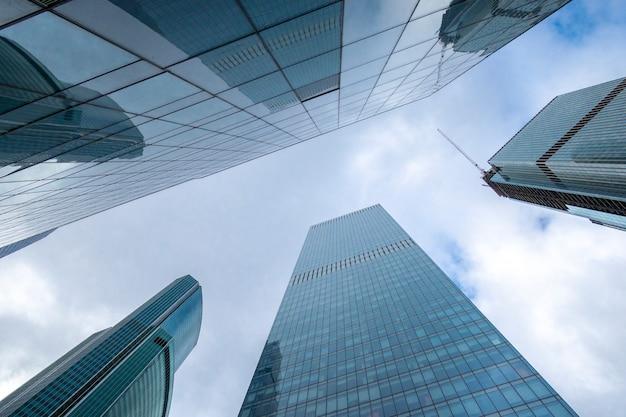 Torri a specchio di grattacielo del centro moderno di affari degli edifici per uffici della città di mosca, russia Foto Premium