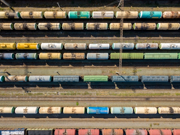 In alto sopra la vista superiore della struttura del trasporto del treno merci che sta su una stazione ferroviaria f Foto Premium