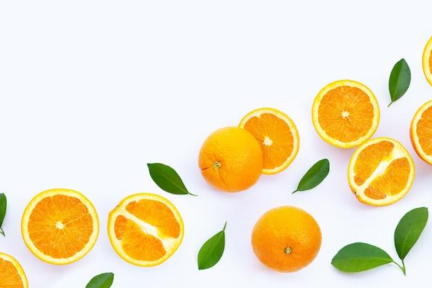 Alta vitamina c, succosa e dolce. frutta arancione fresca sulla superficie bianca. Foto Premium