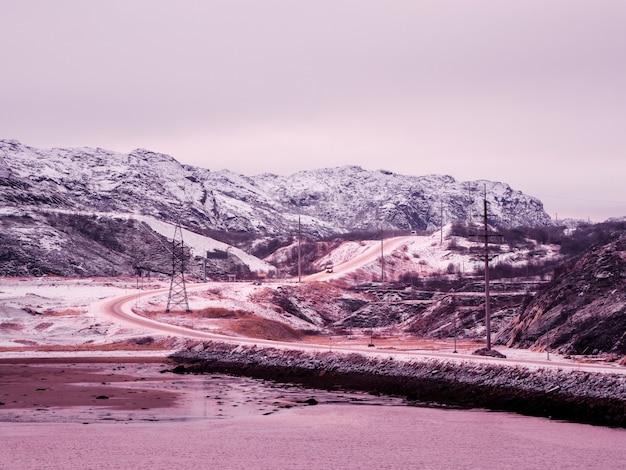Autostrada tra le colline artiche. strada invernale del nord, svolta sulla strada Foto Premium