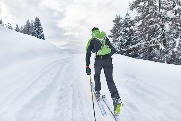 Uno sciatore escursionista in una gita in solitaria Foto Premium