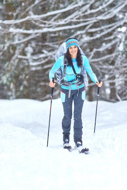 Sci escursionistico nel bosco. una ragazza sola Foto Premium