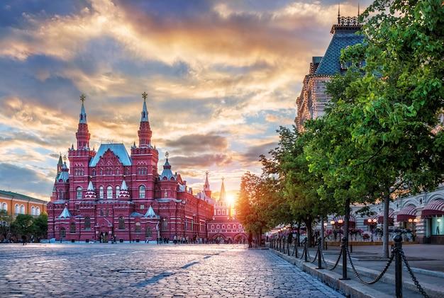 Museo storico sulla piazza rossa di mosca e il sole al tramonto Foto Premium