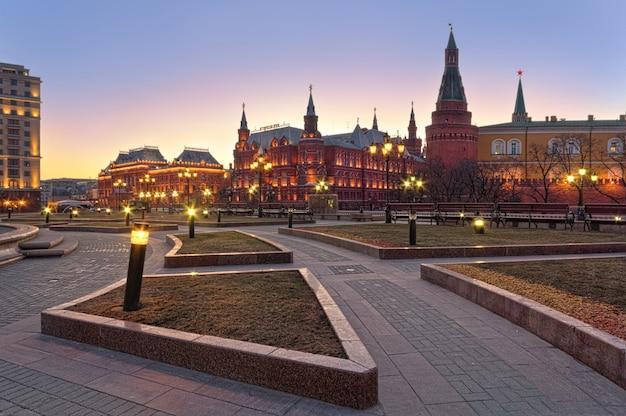 Museo storico, mura e torri del cremlino di mosca e piazza manezhnaya Foto Premium