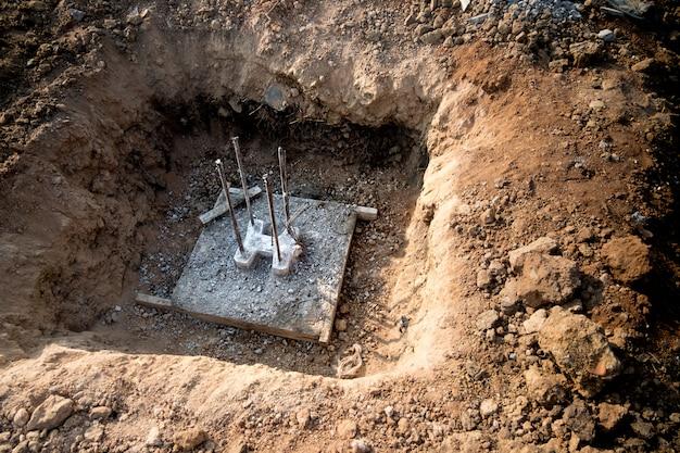 Fori con palo di fondazione, preparati prima di costruire una casa. Foto Premium