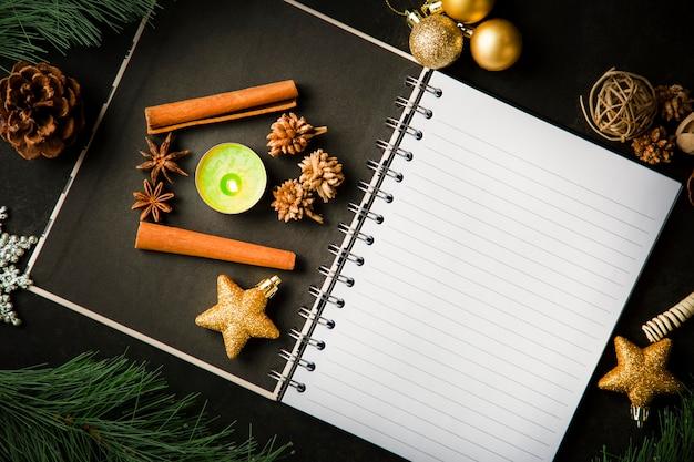 Holiday christmas frame card e vintage vuoto libro aperto note sul tavolo scuro Foto Premium