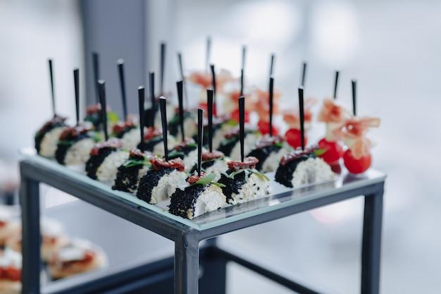 Buffet salato festivo con varie verdure e snack di carne Foto Premium