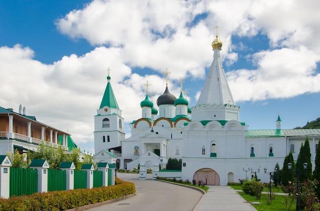 Luogo sacro dei cristiani ortodossi: monastero dell'ascensione pechersky a nizhny novgorod Foto Premium