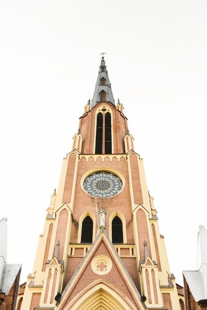 Chiesa cattolica della santissima trinità, villaggio di gervyaty, regione di grodno, bielorussia Foto Premium