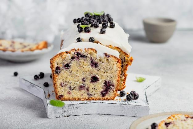 Torta fatta in casa con mirtilli, semi di papavero e crema al burro Foto Premium