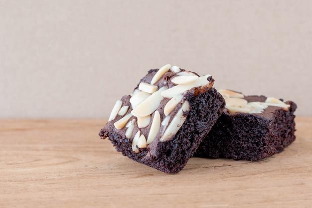 Brownies al cioccolato fatti in casa con mandorle in cima Foto Premium