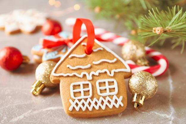 Biscotti fatti in casa di natale, caramelle, giocattoli su marrone, spazio per il testo. avvicinamento Foto Premium