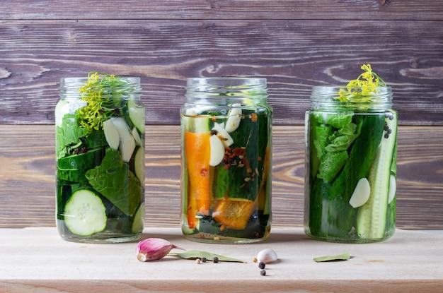 Verdure sottaceto fatte in casa in barattoli. cibo vegetariano fermentato Foto Premium