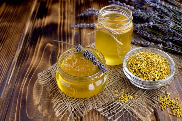 Miele e polline d'api su tela di sacco Foto Premium