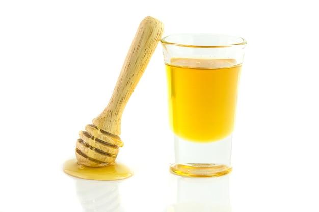Miele con mestolo di legno isolato Foto Premium
