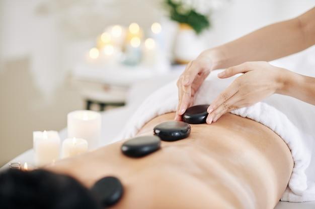 Massaggio con pietre calde Foto Premium