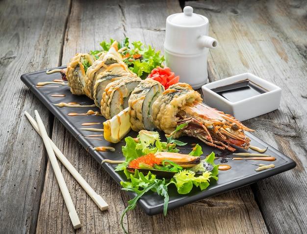 Rotolo di tempura caldo con gamberi e formaggio, gamberetti in tempura Foto Premium