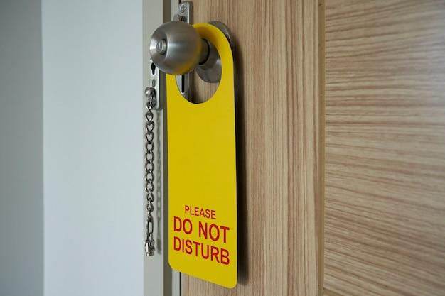 Porta-porta dell'hotel. etichetta di avvertenza, non disturbare. Foto Premium