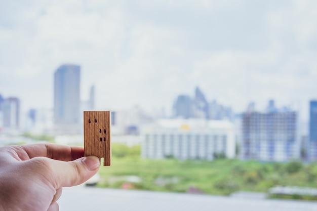 Modello di casa in mano agenti di broker di assicurazione casa Foto Premium