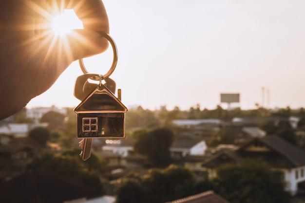 Modello di casa e chiave nell'agente di brokeraggio assicurativo domestico Foto Premium