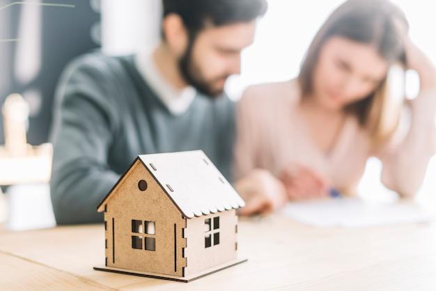 Casa vicino coppia offuscata Foto Premium