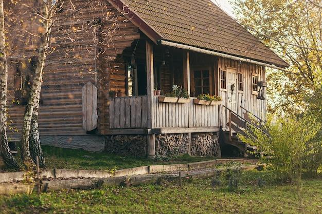 Casa, ranch, in una bellissima foresta autunnale Foto Premium