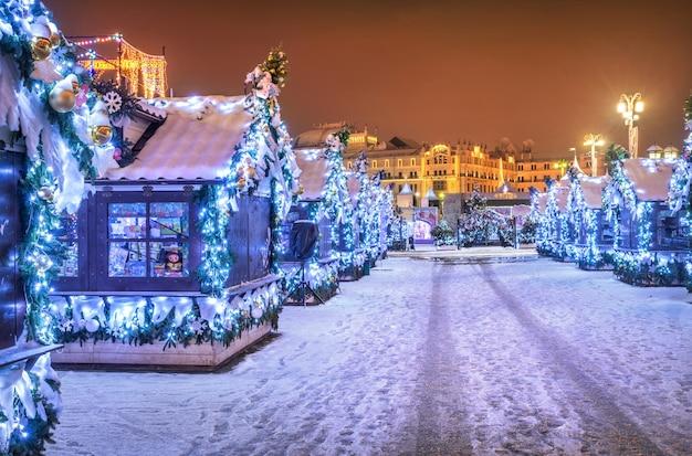 Negozi casalinghi in piazza manezhnaya a mosca nelle decorazioni natalizie di capodanno Foto Premium