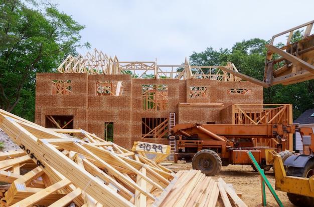 Casa in legno per una casa in costruzione un nuovo legname da costruzione Foto Premium