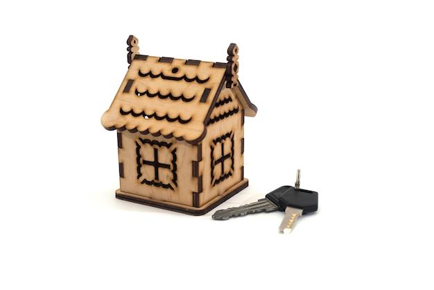 Casa con chiavi. acquisto domestico o concetto di sicurezza, isolato su bianco, primo piano. Foto Premium