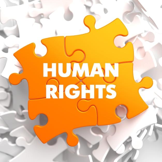 Diritti umani su orange puzzle su bianco. Foto Premium