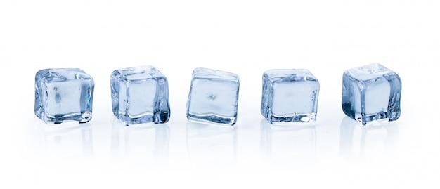 Cubetti di ghiaccio isolati Foto Premium
