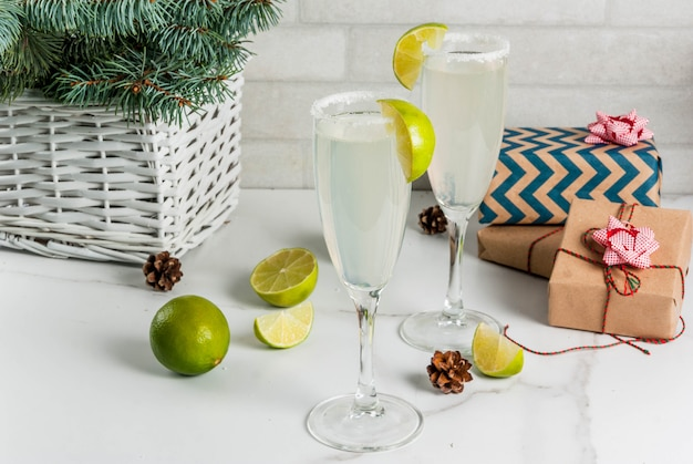 Idee per natale e capodanno bevande champagne margarita cocktail guarnite con lime e sale Foto Premium
