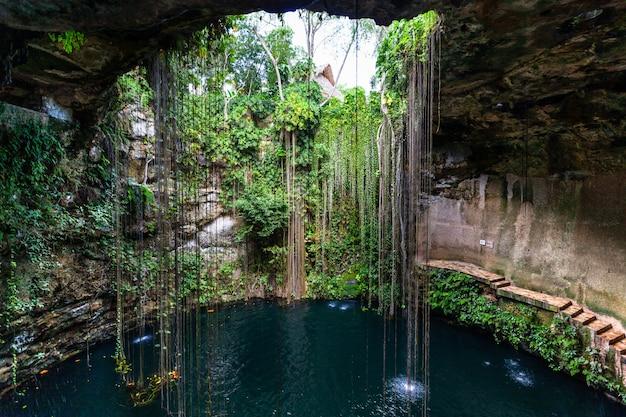 Lago sotterraneo cenote ik kil Foto Premium