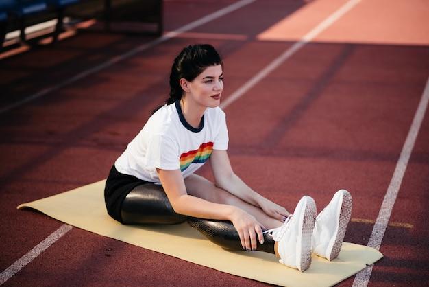 L'immagine della donna di sport disabile forte incredibile fa esercizi sportivi in palestra. Foto Premium