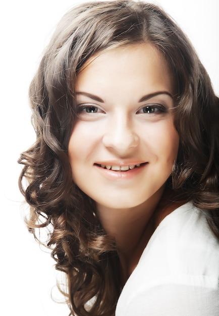 Immagine di bella giovane donna con i capelli ricci Foto Premium
