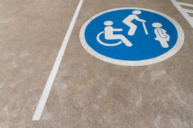 Immagine del punto blu dello spazio libero dell'area di parcheggio delle auto con sedia a rotelle o persona con disabilità Foto Premium