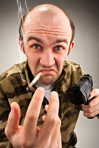 Bandito sfacciato con la pistola Foto Premium