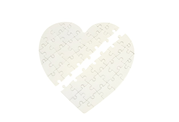 Puzzle incompleto a forma di cuore isolato su bianco Foto Premium