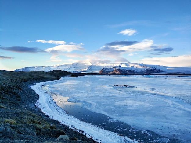 Incredibile paesaggio naturale più grande ghiacciaio dell'isola in islanda in inverno. Foto Premium