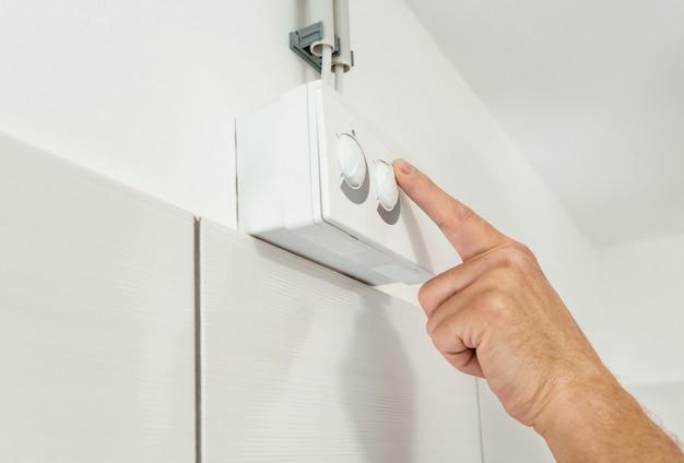 Dito indice sul pulsante di regolazione del sensore di umidità. Foto Premium